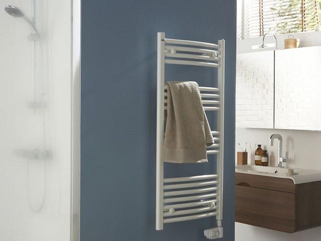 Coloré et design, le sèche-serviette est l'élément déco de la salle de bains
